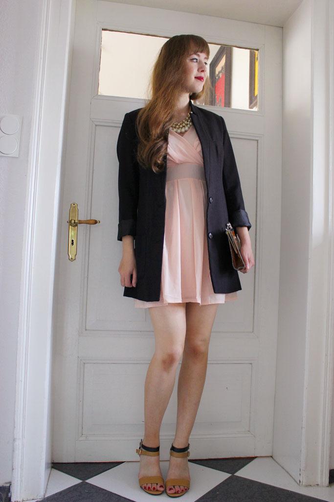 Blazer und kleid kombinieren - nudefarbenes Kleid - schwarzer Blazer H&M trend Blazercoat
