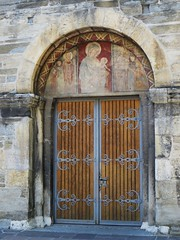 Portail roman, cathédrale Notre-Dame du Glarier, Sion, canton du Valais, Suisse.
