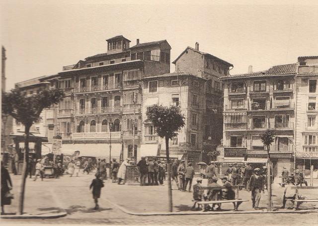 Plaza de Zocodover a principios del siglo XX. Fotografía de Henri Bertault-Foussemagne  publicada en el libro L´Espagne, provinces du Nord, de Tolède a Burgos de Octave Aubry en 1930