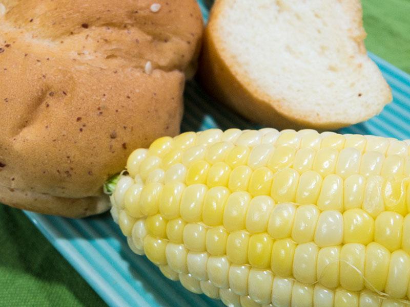 トウモロコシとパン
