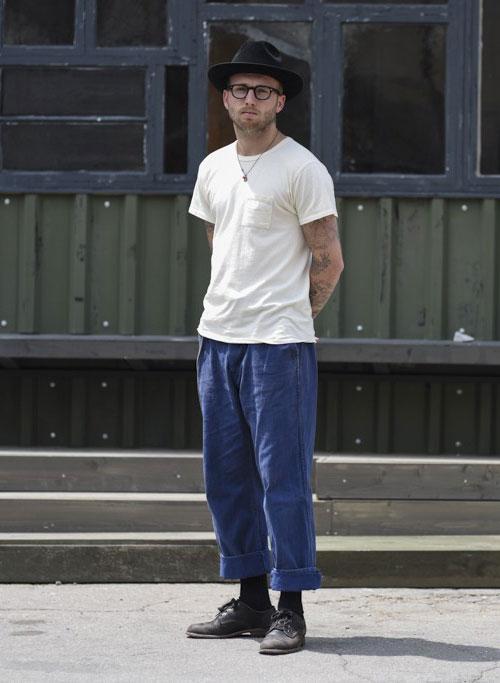 無地白ポケットTシャツ×紺ワイドカラージンズ×黒ダービーシューズ