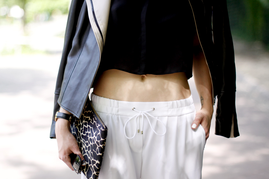 JOOP! look outfit sporty white jogging pants leather jacket soft summer spring outfit ootd CATS & DOGS fashion blog berlin 2