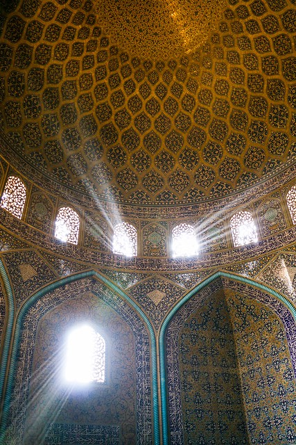 Sun beams into Sheikh Lotfollah mosque, Isfahan イスファハン、マスジェデ・シェイフ・ロトゥフォッラーに差し込む光