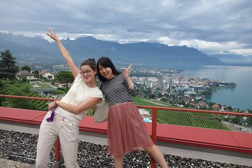 古怪瑞士女孩Alice,與我的日本室友K,背後是面向日內瓦湖滿山遍野,被列入世界自然遺產著名的葡萄田