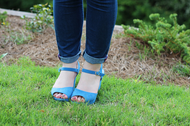 blue wedges with cuffed skinny jeans