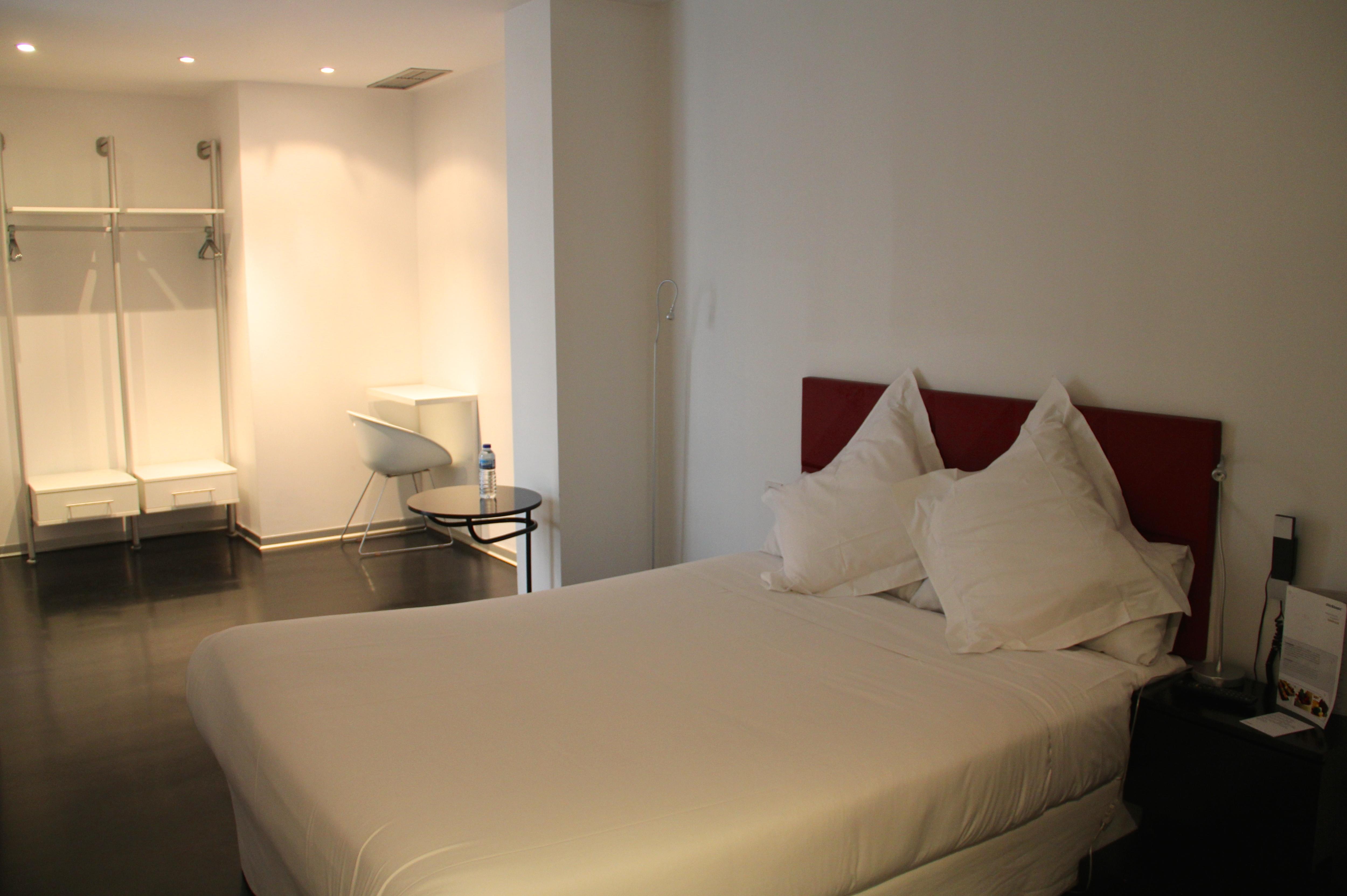 Imagens de #AD711E Mayerling: hotel moderninho no centro de Madri com diárias a partir  5000x3327 px 3666 Banheiros Separados Casal