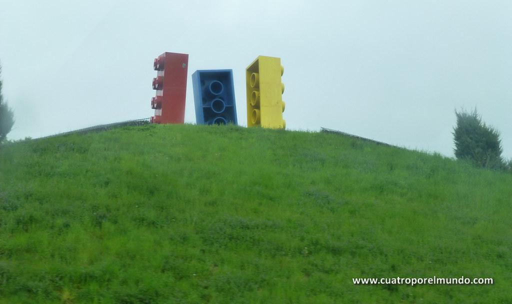 Piezas de lego gigantes en la rotonda de llegada al parque