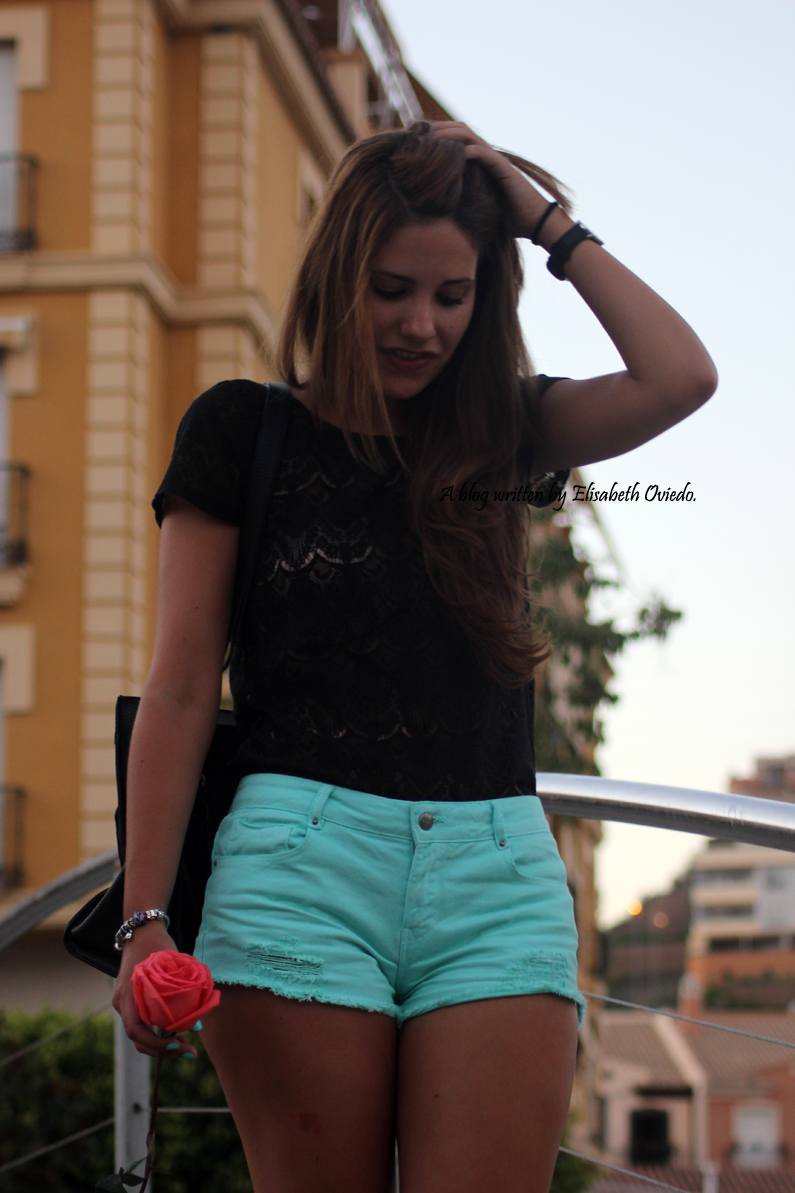 Shorts-aguamarina-con-camiseta-de-encajes-negros-HEELSANDROSES-Rincón-de-la-Victoria-(2)