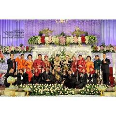 *follow instagram: @poetrafoto.  .  Foto keluarga di #pelaminan dalam #pernikahan Mbak Puteri dan Mas Rifki di GSP #UGM #Yogyakarta #indonesianwedding.  .  #weddingphoto by @poetrafoto #weddingphotographer #indonesianweddingphotographer