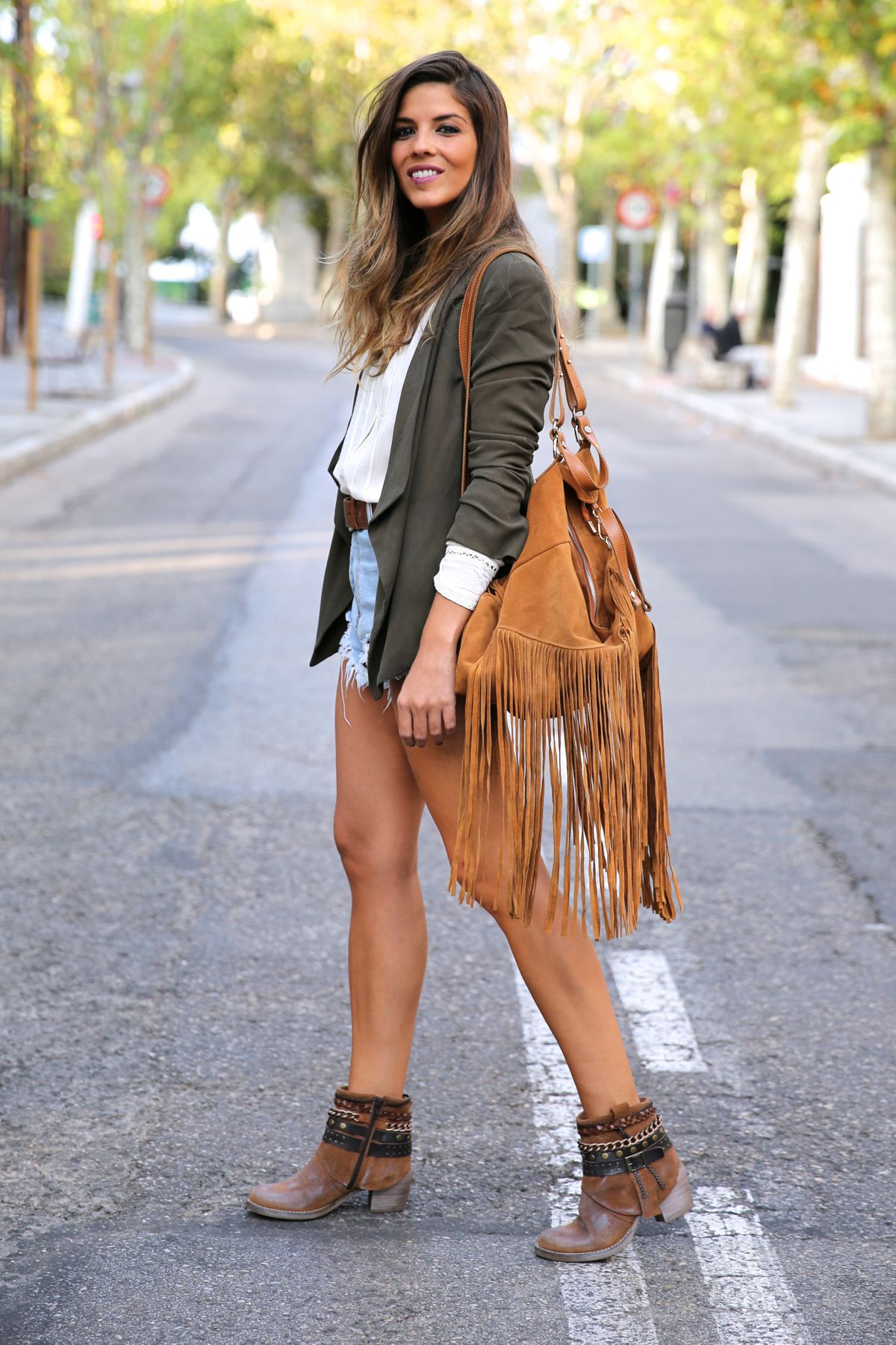 trendy_taste-look-outfit-street_style-ootd-blog-blogger-fashion_spain-moda_españa-boho-hippie-flecos-botines_camperos-cowboy_booties-mochila-backpack-blusa-camisa-denim-shorts-vaqueros-12