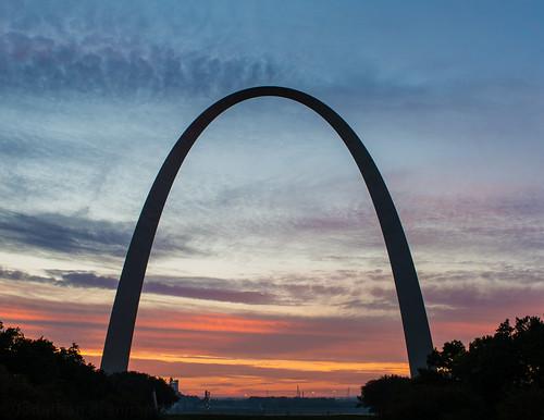 usa cloud colour sunrise dawn arch unitedstates stlouis mo missouri gatewayarch archway parabola catenaryarch