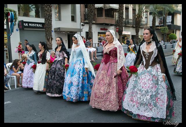 Hogueras Alicante que debes saber - Bellezas en ofrenda de flores