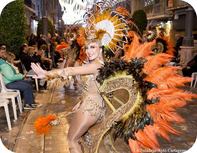 Un colorido desfile iluminó Cartagena