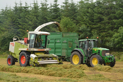 Claas Jaguar 860 SPFH filling a Broughan Engineering Trailer drawn by a John Deere 6930 Tractor