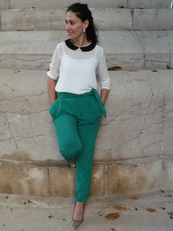 baggy pants verde esmeralda, blusa blanca y negra, baby doll, zapatos destalonados cocodrilo, canelita beige, clutch verdes cocodrilo, Swarovski, green emerald baggy pants, black and white blouse, baby doll neck, undercut faux crocodile shoes, beige tweed jacket, shades of green, Mango, Mulaya, Lodi, Parfois