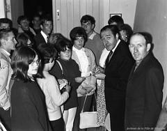 Raymond Lévesque signant des autographes à la boîte à chansons «Sous les étoiles», 6 juillet 1965, VM94-S52-014