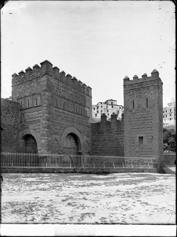 Puerta Vieja de Bisagra a comienzos del siglo XX. Fotografía de J. Lacoste © MECD, Fototeca del IPCE, signatura VN-22637_P