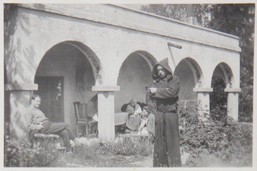 Akseli Gallen-Kallela in a monk´s robe, wife Mary, son Jorma and Mary´s mother Aina Slöör at Tarvaspää´s colonnade, 1928.
