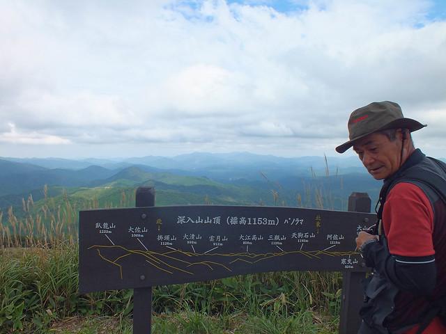 山頂からは近隣の山が見渡せる.