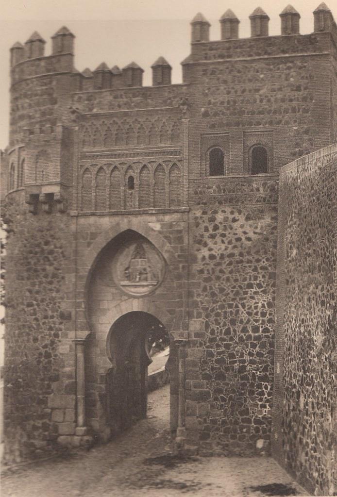 Puerta del Sol a principios del siglo XX. Fotografía de Henri Bertault-Foussemagne  publicada en el libro L´Espagne, provinces du Nord, de Tolède a Burgos de Octave Aubry en 1930
