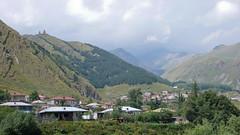 Wioska Gergeti, na drugim planie klasztor.
