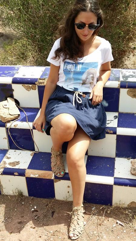 Casual, falda azul, camiseta aniversario Hola!, sandalias beige, casa de mis sueños, abandonada, azulejos,  rosas, jazmineros, piscina, chicharras, chumberas, blue skirt, shirt, magazine Hello!, beige sandals, house of my dreams, abandoned, tiled, rose, jasmine, pool, cicadas, prickly pears, Zara, Marypaz, Ray – Ban