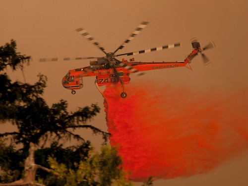 Heavy helicopter drops fire retardant