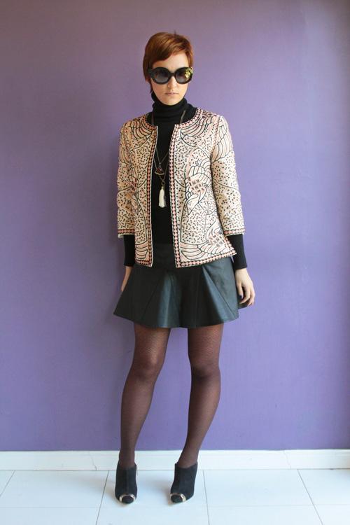 Look do dia: casaco bordado e meia-calça de oncinha