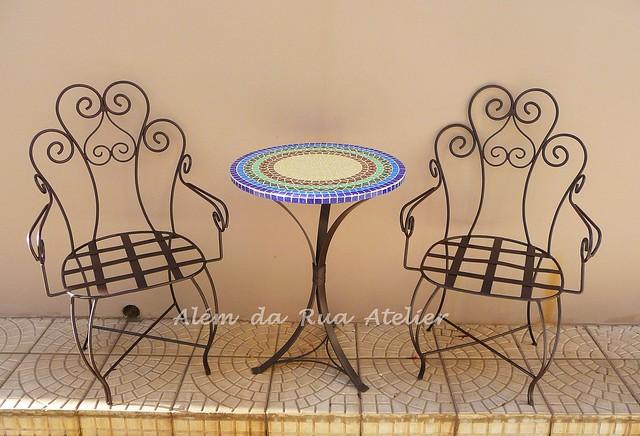 Mesa de mosaico e poltronas de ferro