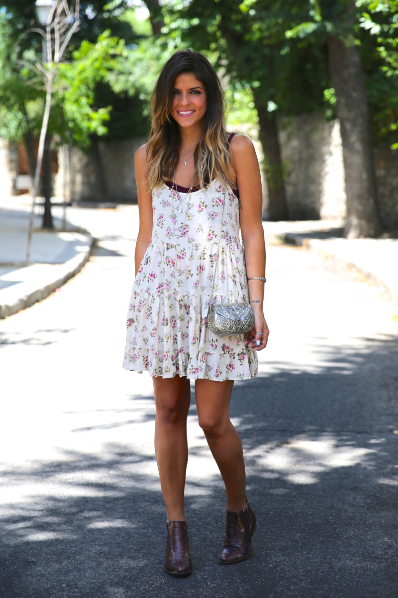 trendy_taste-look-outfit-street_style-ootd-blog-blogger-fashion_spain-moda_españa-vince_camuto-botines_granates-burgundy_booties-flower_print-estampado_flores-silver_bag-bolso_plata-estampado_flores-boho-top-10