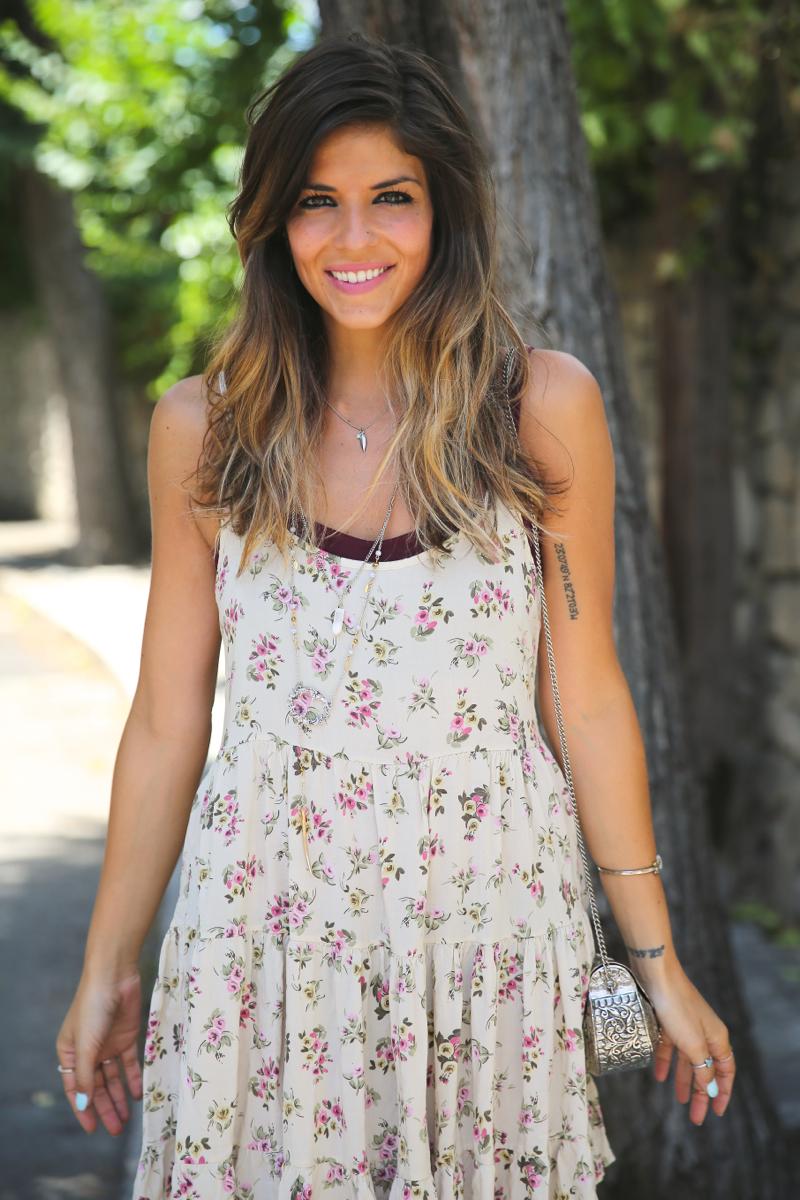 trendy_taste-look-outfit-street_style-ootd-blog-blogger-fashion_spain-moda_españa-vince_camuto-botines_granates-burgundy_booties-flower_print-estampado_flores-silver_bag-bolso_plata-estampado_flores-boho-top-6