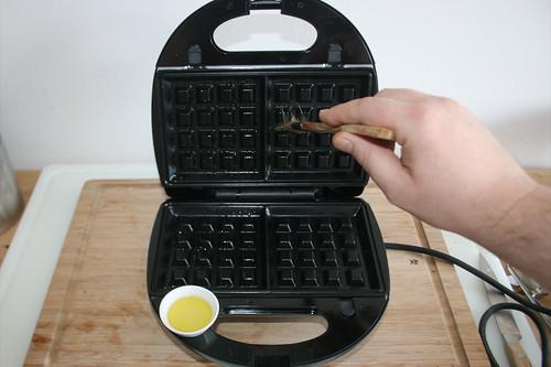 43 - Waffeleisen ausfetten / Grease waffle iron