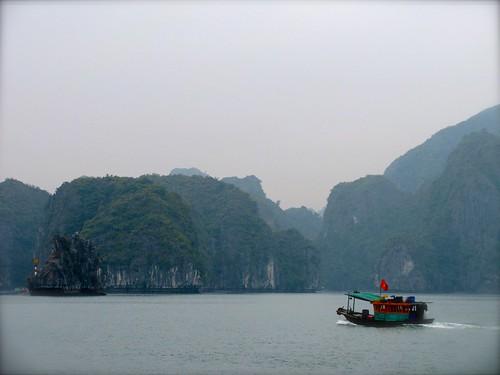 Embarcación vietnamita en bahía de Halong