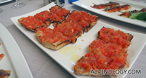 Chapata con tomate - extra virgin bread toasted with tomato pulp and extra virgin olive oil