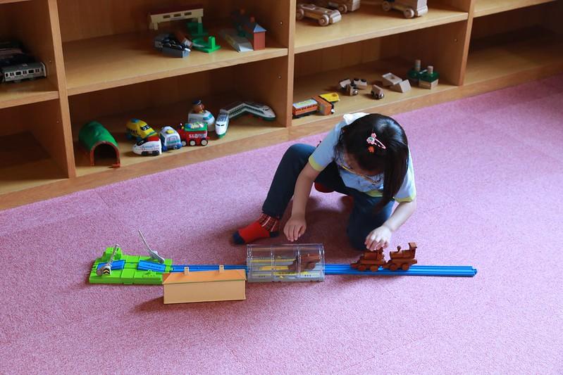 寶妹在玩模型列車