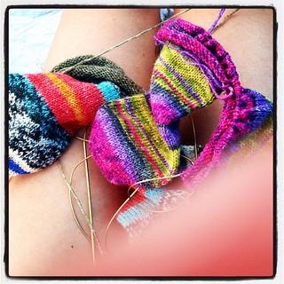 3本飲んで、お昼も食べたアタシはやることないので編みますよ。浜辺で。