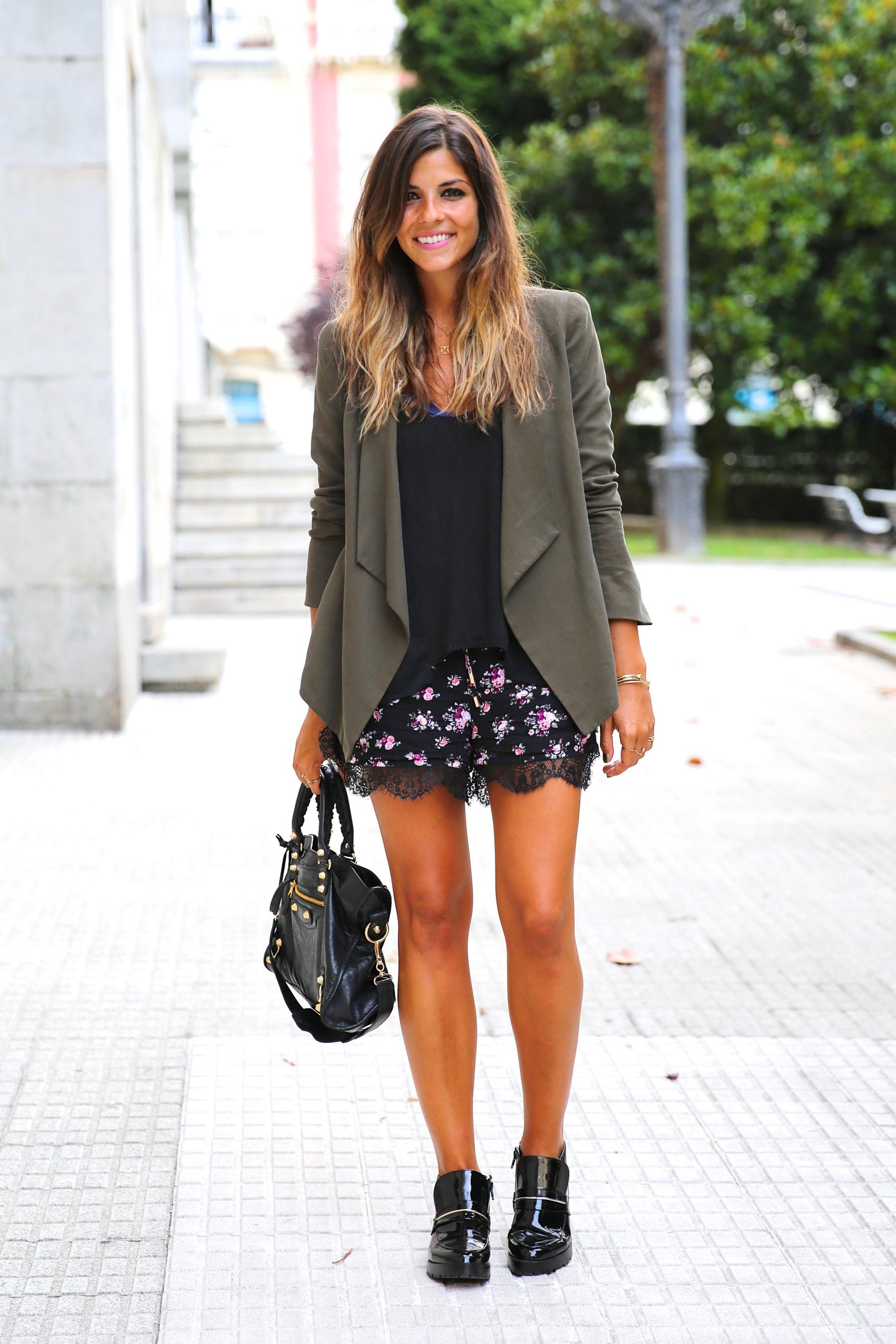 trendy_taste-look-outfit-street_style-ootd-blog-blogger-fashion_spain-moda_españa-khaki_blazer-blazer_caqui-flower_print-estampado_flores-shorts-botines_charol-8
