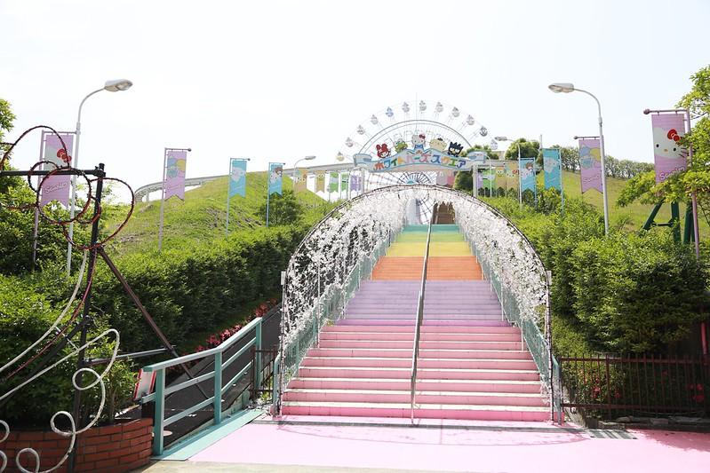 通往遊樂區的彩色階梯