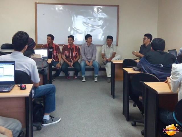 Mahisa Ajy dan Baharuddin dari Manglesoft sedang sharing pengalaman