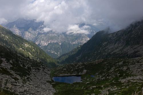 fog clouds landscape schweiz switzerland tessin ticino europe suisse hiking rangefinder svizzera mountainlake bergsee wanderung m9 2014 svizra summiluxm valverzasca 35mmf14asph 35lux messsucher ©toniv 140828 leicam9 orgnana l1018524 lavertezzomadonelocarno laghettodorgnana