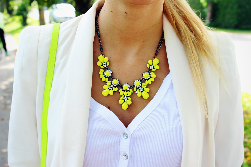 neon-yellow-necklace