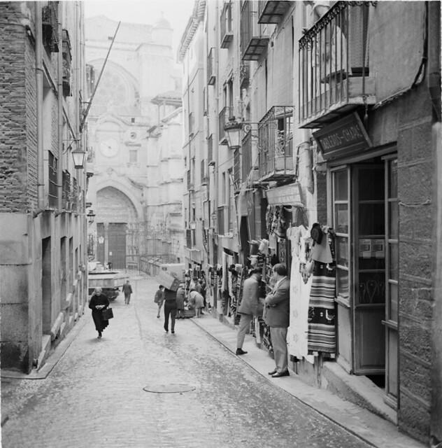 Calle de la Chapinería en los años 50. Fotografía de Francesc Catalá Roca © Arxiu Fotogràfic de l'Arxiu Històric del Col·legi d'Arquitectes de Catalunya. Signatura B_8576_713