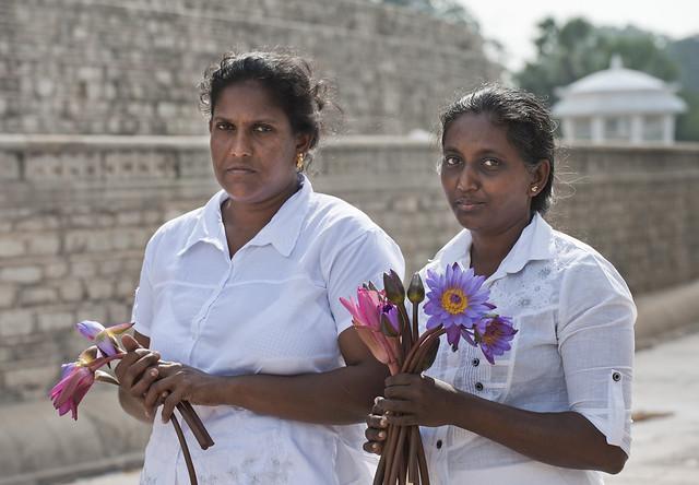 SL029 Sinhalese women - Anuradhapura 04 - Sri Lanka