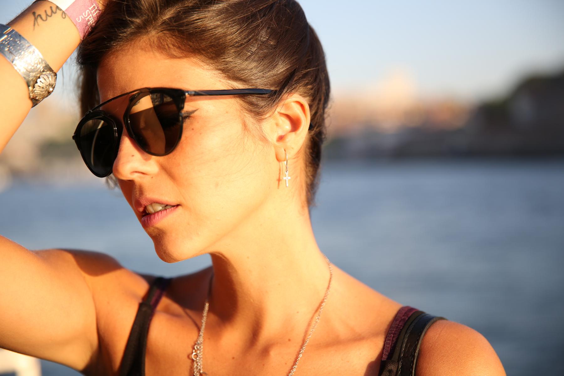 trendy_taste-look-outfit-street_style-ootd-blog-blogger-fashion_spain-moda_españa-salsa_jeans-dior_gafas-bolso_flecos-fringes_bag-khaki_shorts-shorts_caqui-grey_tee-camiseta_gris-verano-porto-portugal-2
