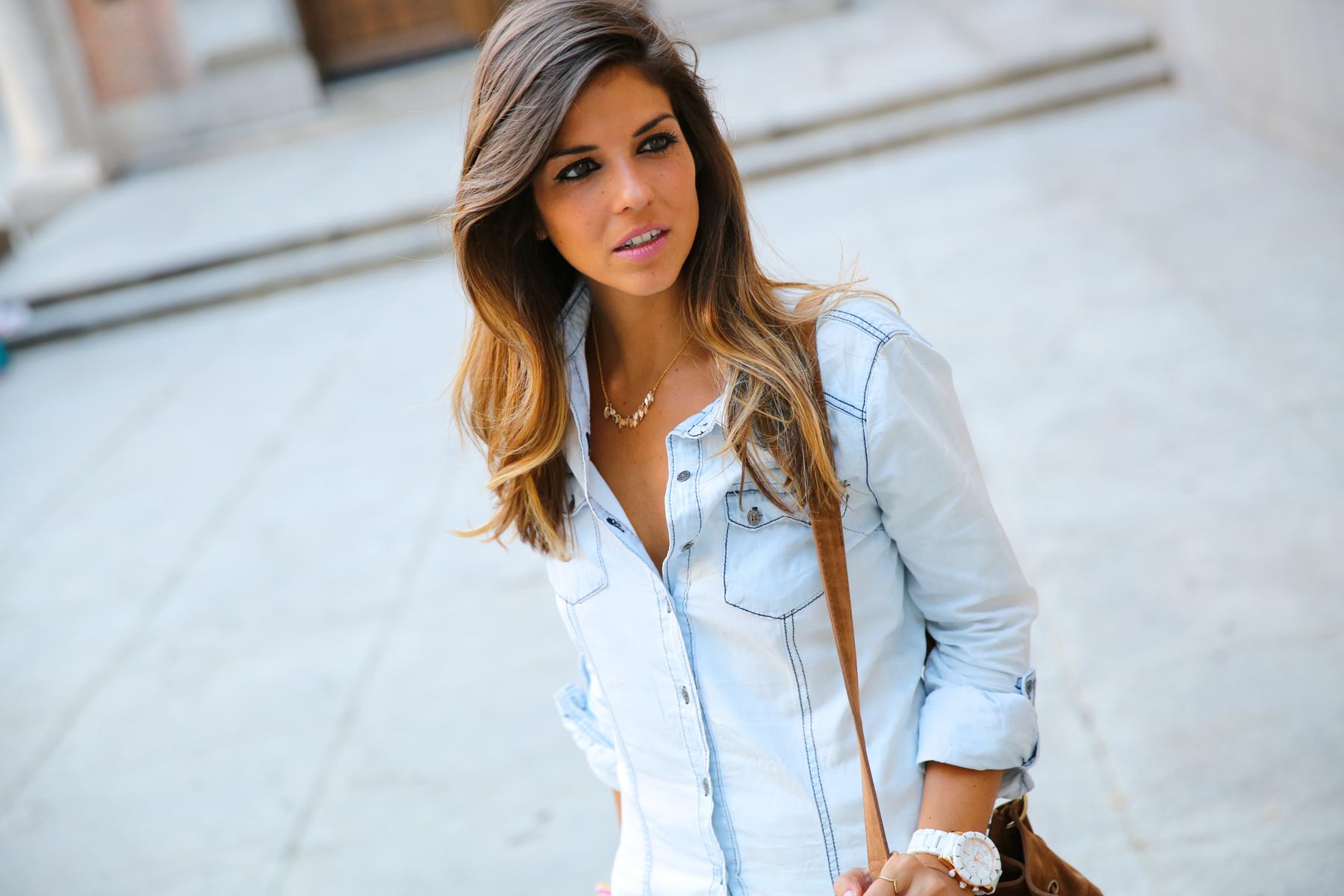 trendy_taste-look-outfit-street_style-denim-blog-blogger-fashion_spain-moda_españa-botines_camperos-it_shoes-cowboy_booties-skirt-falda-bolso_flecos-fringes_bag-camisa_vaquera-denim_shirt-5