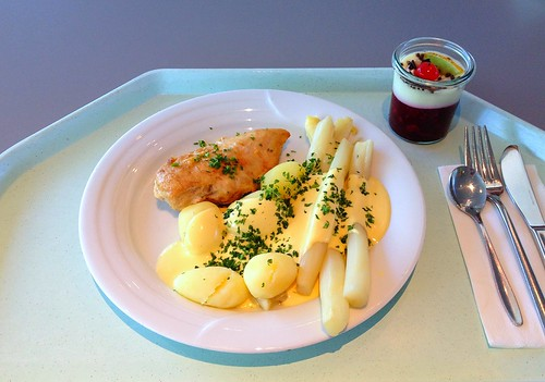 Hähnchenbrust mit Spargel in Sauce Hollandaise / Chicken breast with asaparagus in sauce hollandaise
