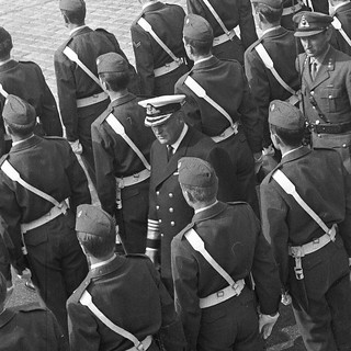 Kong Olav V inspiserer Æreskompaniet på Festningskaien i Bergen (1969)