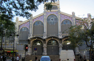 Bild av  Central Market. trees sky people valencia architecture buildings lights spain market steps vans stainglass cosmostour elmercadocentralhistoriccentralmarket tourtoeuropeinseptnov2012