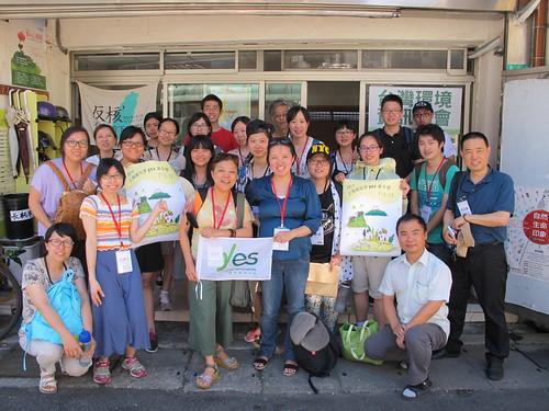 上海根與芽志工團抵台,在環資協會門口開幕留影;攝影:郭政佑