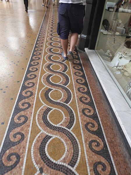 mosaïque sous les arcades